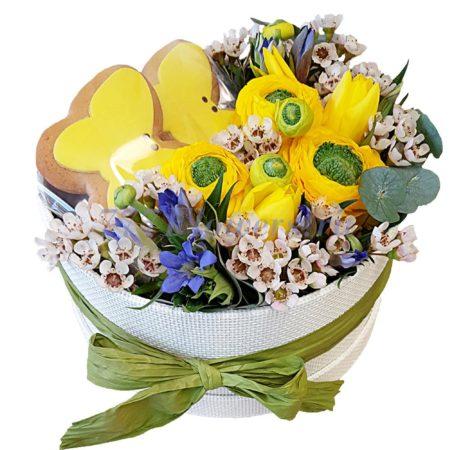 Коробка с цветами и сладостями купить с доставкой по Москве - 777FLOWERS